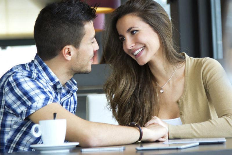 Tu pareja queda solo para tomar un café, con alguien que le atrae físicamente