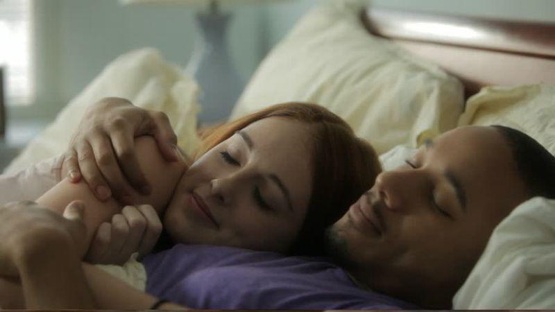 Tu pareja se acurruca en la cama con alguien pero sin hacer nada