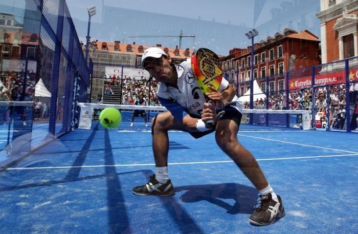 En el saque, si toca la red y la pelota bota y sale por la puerta, se repite el saque o se considera media?