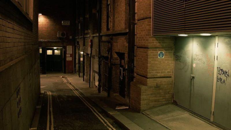 Estás caminando por la noche y ves a tres chavales golpeando a otro en la calle. ¿Qué haces?