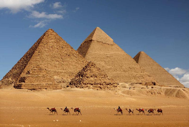 Cleopatra vivió más cerca en el tiempo del primer Pizza Hut que de la construcción de las pirámides.