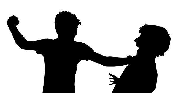 Los jóvenes se percatan de tu presencia y se dirigen hacia ti, uno de ellos lleva un bate y los otros van desarmados. ¿Qué haces?