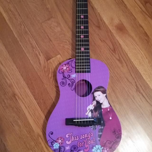 ¿Que 2 personajes tocan la guitarra?