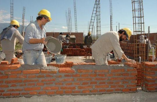 Si 8 hombres tardaron 4 horas en construir una pared, ¿cuánto tardarán 4 hombres en construirla?