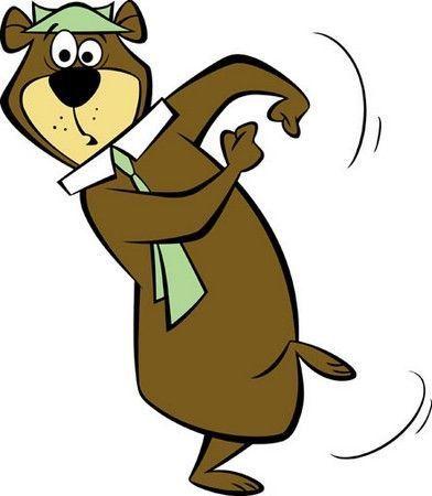 Un hombre construye una casa. Todos los lados tienen vista hacia el sur. Un gran oso pasa por enfrente, ¿de qué color es el oso?