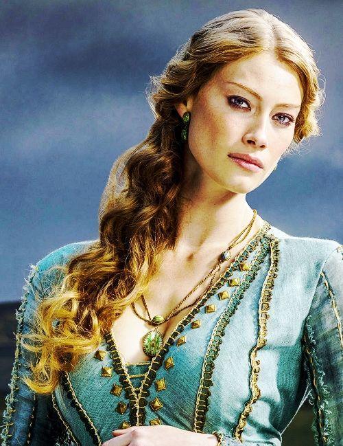 ¿Cómo se llamaba la esposa de Jorah Mormont que causó su caída en desgracia?