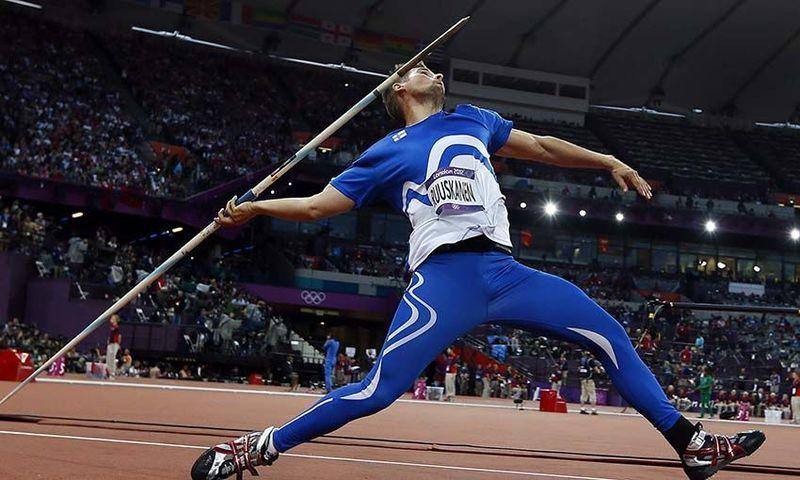 ¿Cuál es el peso mínimo de la jabalina que lanzan los atletas masculinos de lanzamiento de jabalina?