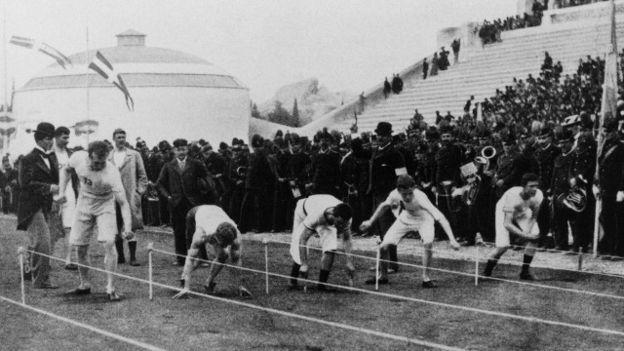 ¿Quién fue el primer atleta en colgarse el oro olímpico en los 100 metros lisos?