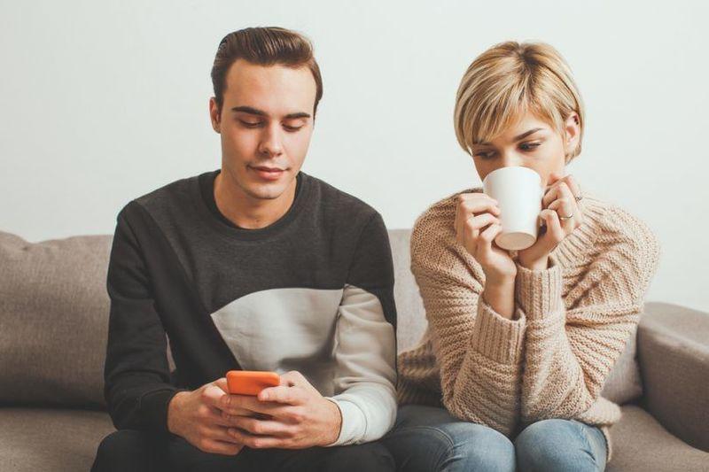 Espío con frecuencia el móvil, correos, llamadas etc. de mi pareja.
