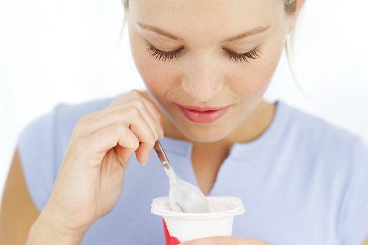¿Cuántas cucharadas de yogurt puede comer una persona adulta con el estómago vacío en 60 segundos?