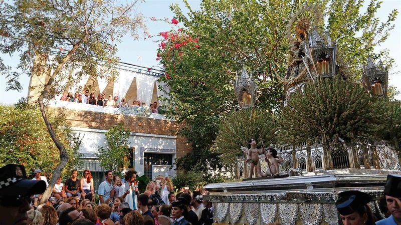 ¿Qué famosa familia tiene por costumbre reunirse todos los años en el balcón de una casa para ver la Virgen de Regla?