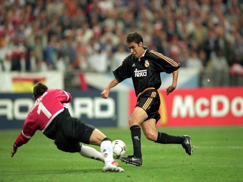 Real Madrid 3-0 Valencia(2001), y aquel gol con suspense de Raul,¿que defensa casi evita el gol dejando una imagen mítica?