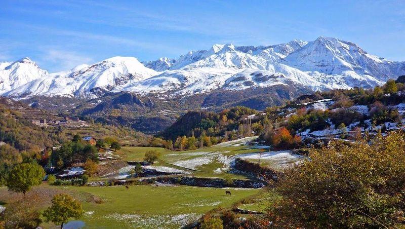¿Por qué provincias se extienden los Pirineos?