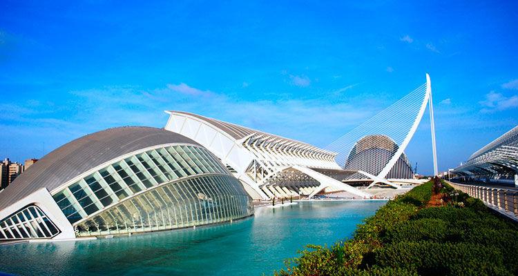 ¿Qué arquitecto diseñó el complejo futurístico más famoso de España?