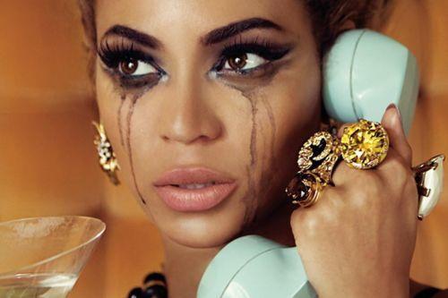 Tu pareja quedó en llamarte cuando llegara a casa, pero no te llama..¿Qué piensas?