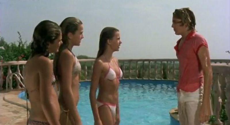 ¿Qué hizo Javi después de que estas niñas lo tiraran a la piscina con la ropa puesta en esta escena?