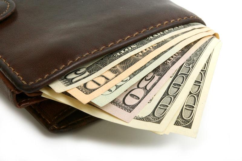 Ves una cartera en el suelo con abundante dinero ¿Qué haces?