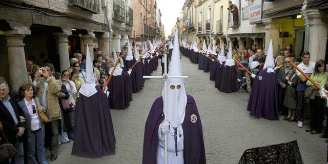 ¿Te gusta la Semana Santa, la celebras de alguna manera... ? (independientemente que seas creyente o no)