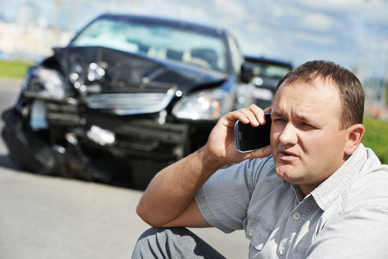 Ha habido un accidente de coche en medio de tu ciudad, nadie está en estado grave pero hay heridos en la calzada, ¿Qué haces?