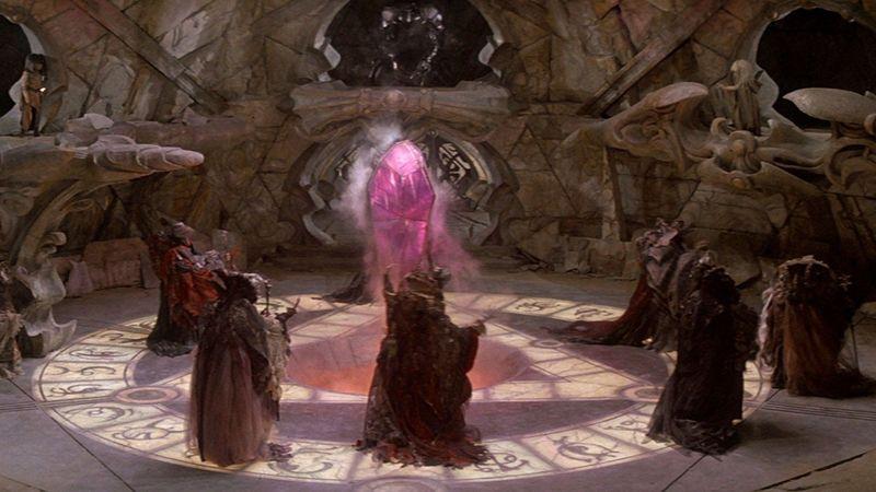 Los Skeksis se preparan para la gran conjunción, pero descubren a Kira y a Jen. Jen salta sobre el cristal ¿Qué ocurre?