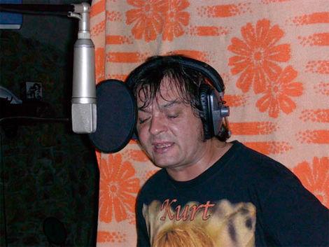 De qué famoso grupo de punk rock era cantante Rober? Quien falleció en 2011 debido a un cáncer de Colon?
