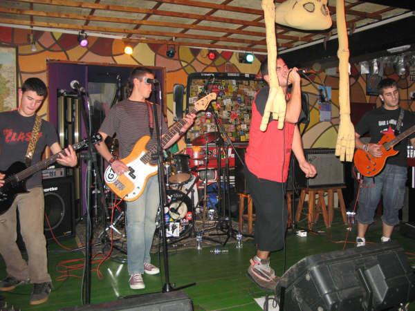 Cuál de estas bandas lleva más de 30 años en los escenarios?