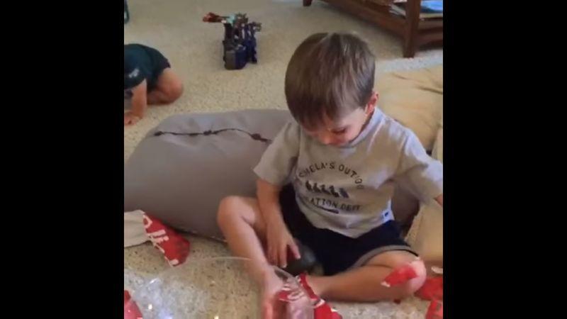 Que le han regalado a este niño?