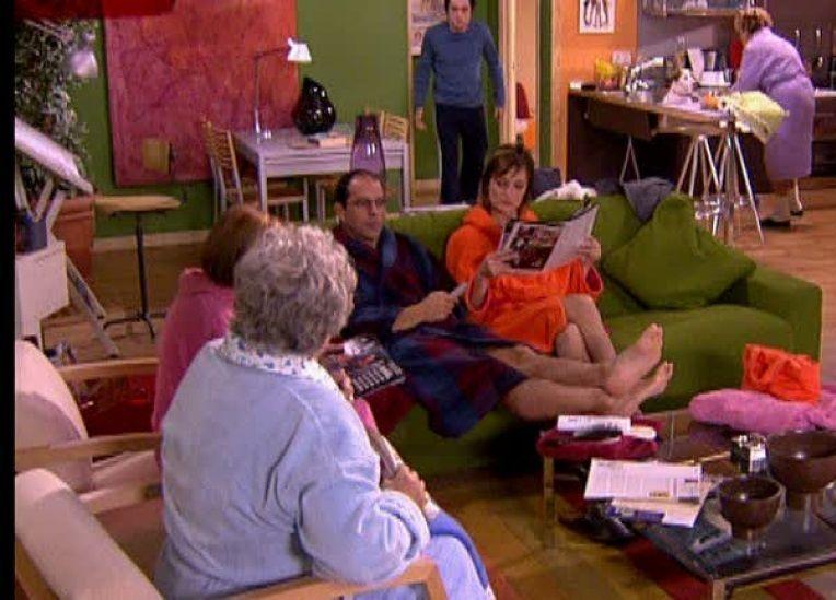 ¿Que está haciendo Emilio mientras espera para utilizar la sauna de hidromasaje de Lucía y Roberto?