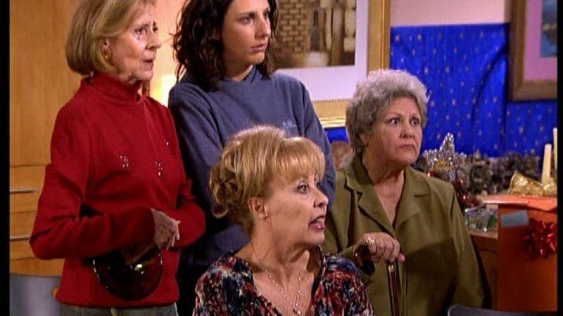 En el amigo invisible que realizan por cortesía de Juan, ¿que regalo le hacen Paloma y Juan a Mauri y Fernando?