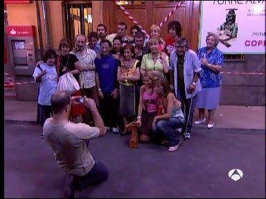 En un principio, ¿quien iba a realizar la foto grupal de despedida en el capitulo final?