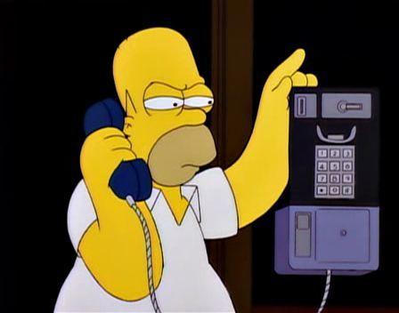 ¿A quién está llamando Homer en esta escena?