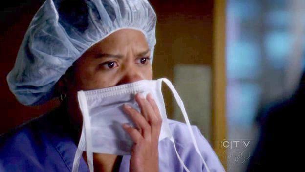 ¿Qué está mirando la doctora Miranda Bailey en esta escena?