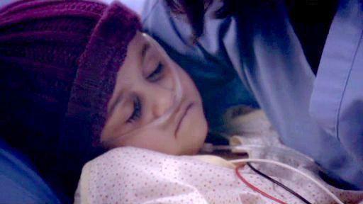 ¿Quién sostiene a esta niña en esta triste escena?