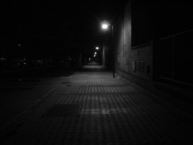 Has salido, todo está muy oscuro, a lo lejos ves una iglesia y una casa encantada. ¿A dónde vas?