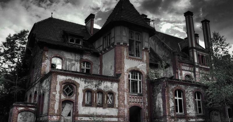 La casa encantada da muy mal rollo, y parece habitada. Quieres huir cuando alguien te golpea por detrás...