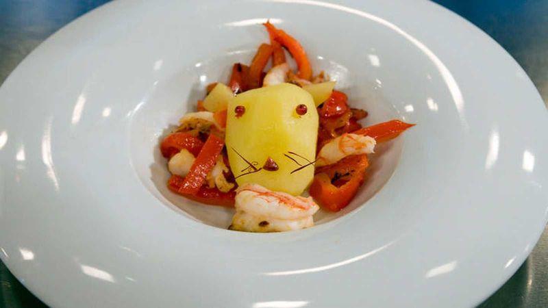 Llega el postre. El plato es la obra maestra del chef del salón de bodas. ¿Qué opinas?