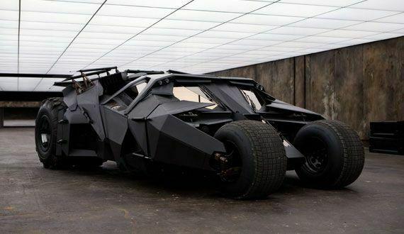 ¿Qué vehículo no conduce Bruce Wayne en la trilogía El Caballero Oscuro?