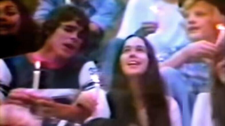 ¿Qué forman estos jóvenes reunidos, cantando en este anuncio de Coca-Cola? - Años 70.