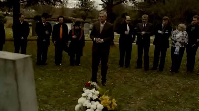 ¿A qué humorista van a visitar al cementerio sus compañeros de profesión en el anuncio de Navidad de Campofrío de 2011?